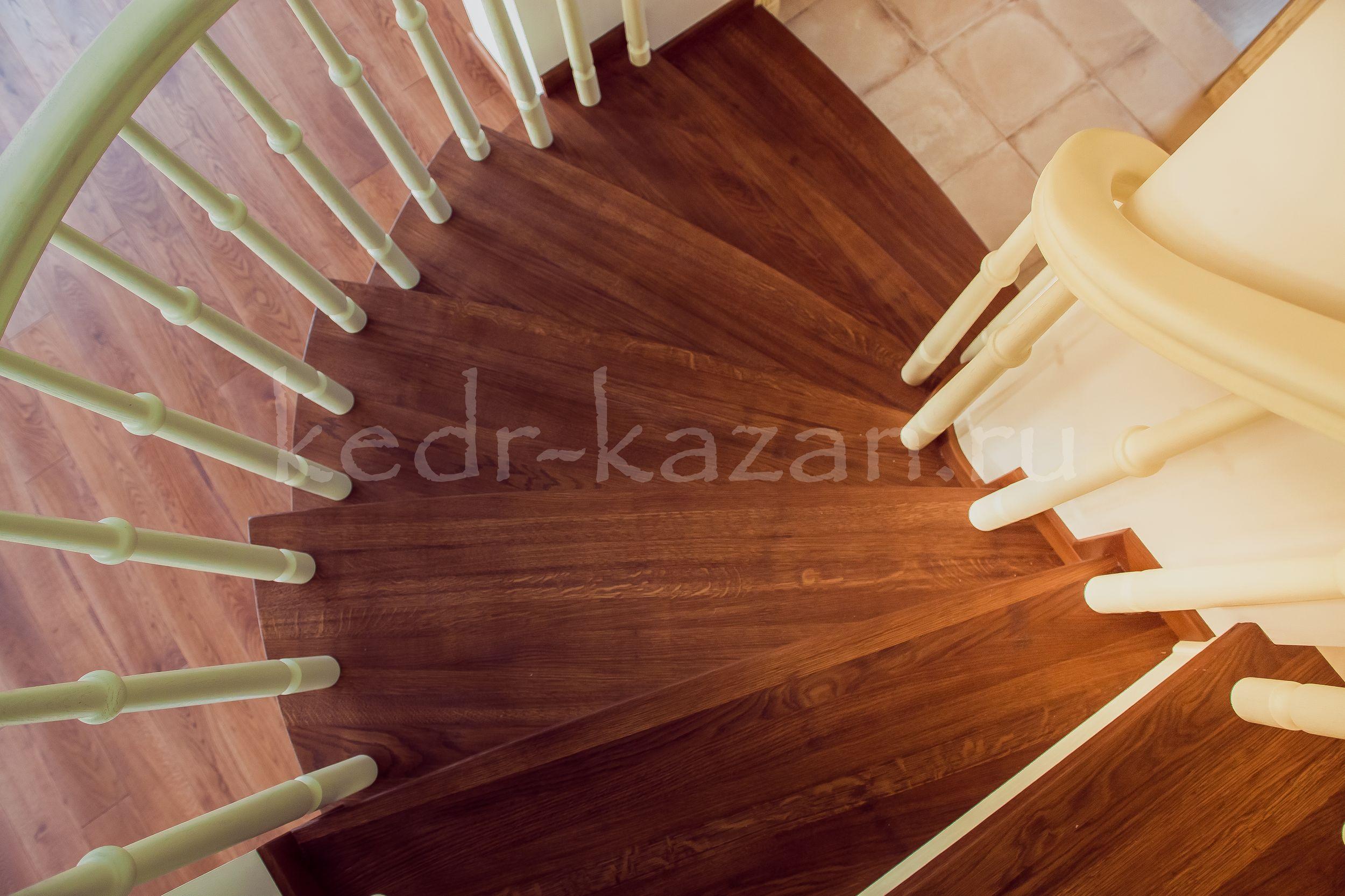 лестница с изящными ступенями и поручнем